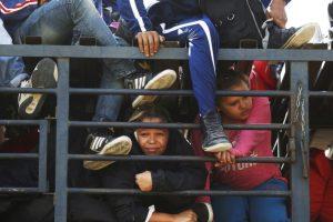 Mueren 25 migrantes al volcarse camión en México